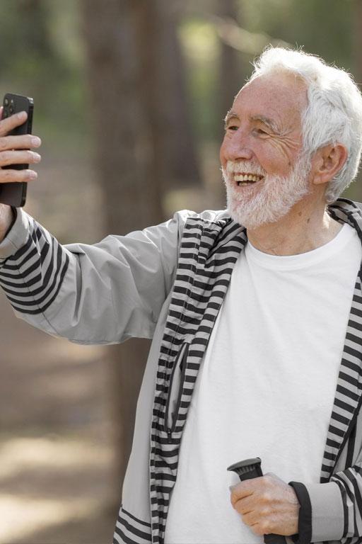 Actividad para personas mayores que quieran aprender a usar el móvil. Soledad no deseada
